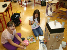 Četrtošolci ustvarjajo s papirnimi gradivi